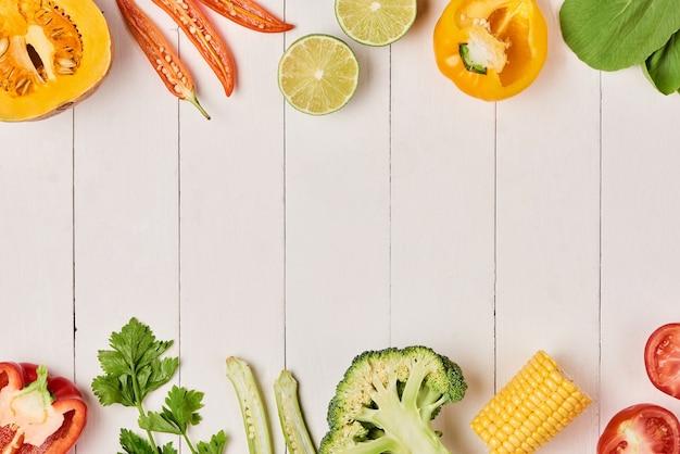 Куча свежих фруктов и овощей на деревянных фоне