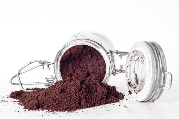 分離された新鮮な挽いたコーヒー粉のヒープ