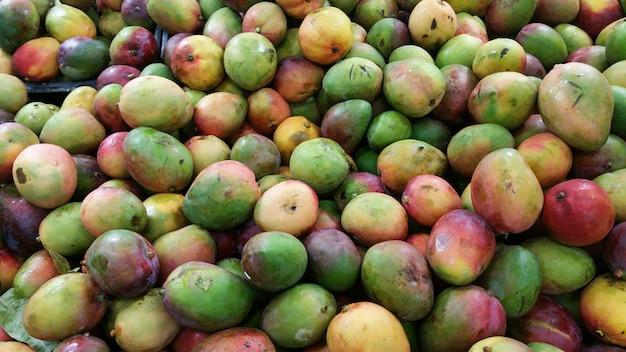 Куча свежих спелых манго на местном рынке.