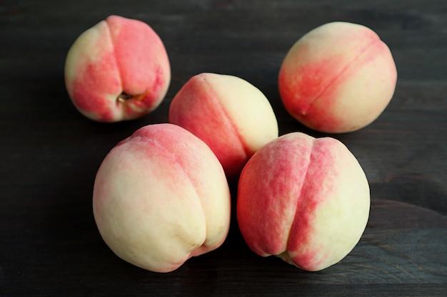 黒の新鮮な熟した桃のヒープ