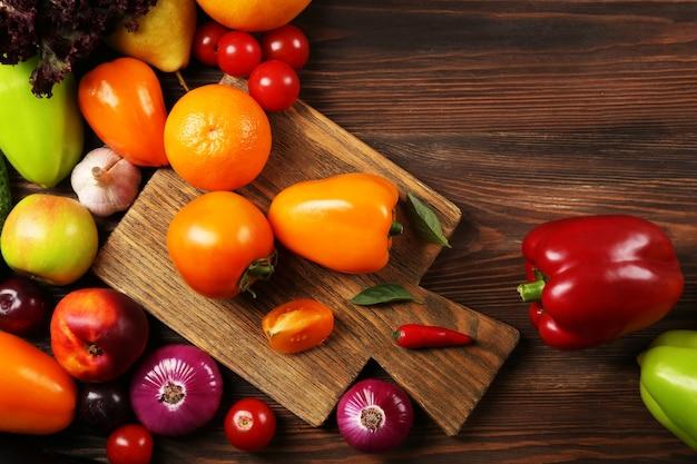 木製の果物や野菜の山