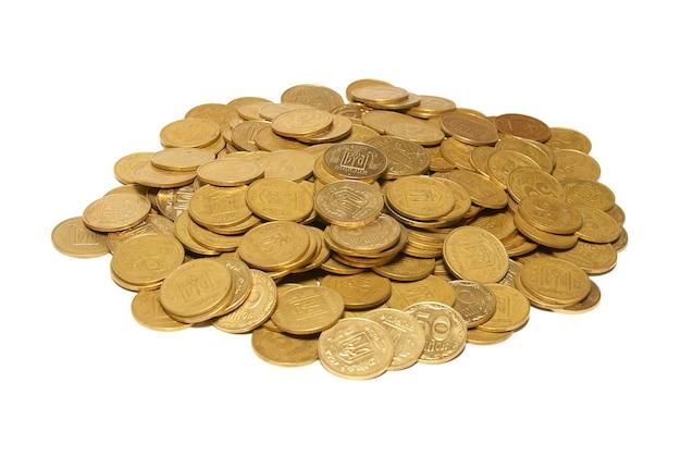 白で隔離される黄金のコインの山。