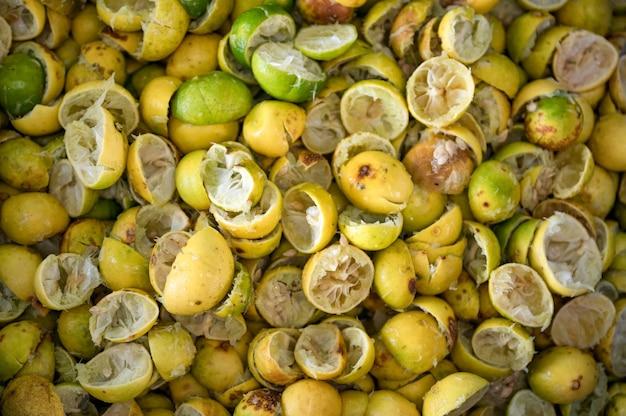 반 자른 레몬과 라임 껍질의 더미 사용