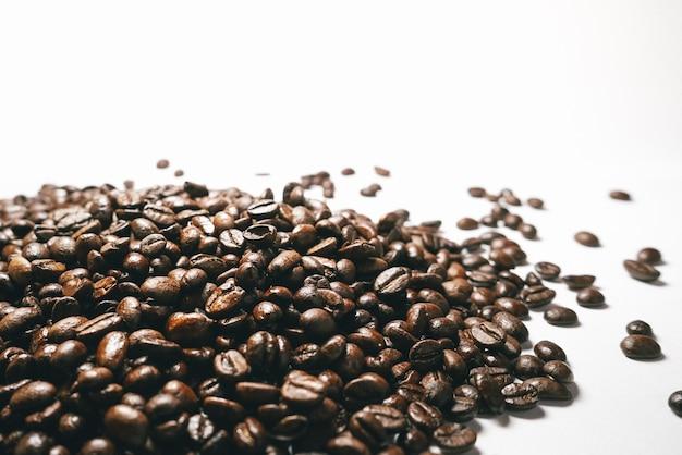 흰색 테이블에 중간 볶은 커피 콩 더미