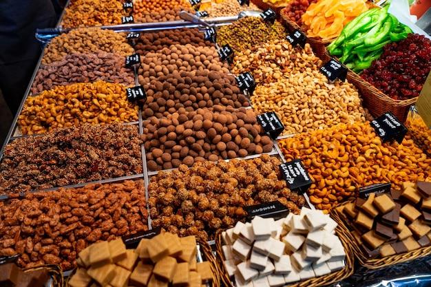 Куча орехов и семечек, фисташек и сухофруктов в мешках на рынке