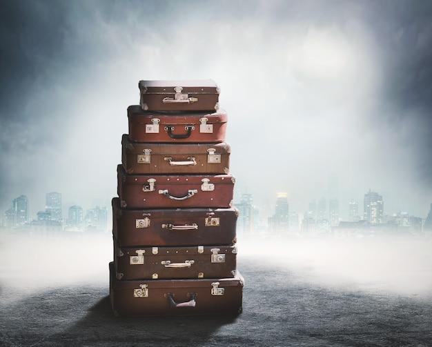 古いスーツケースの山