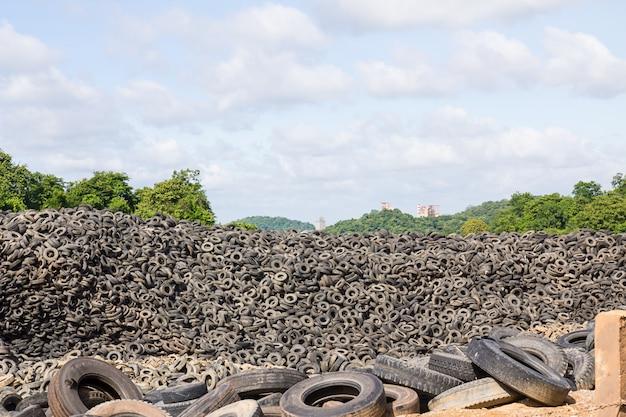 タイのリサイクル工場で古いタイヤのヒープ