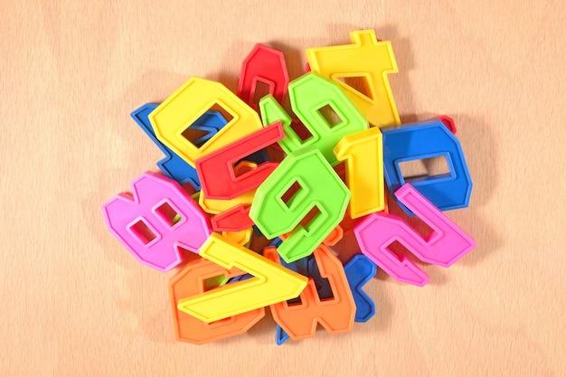 プラスチック色の数字の山がクローズアップ