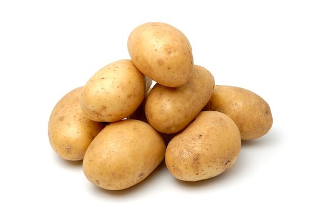 Куча картофеля, изолированные на белом фоне