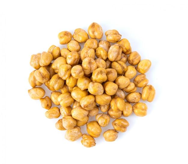 白いテーブルに保存されたひよこ豆のヒープ。