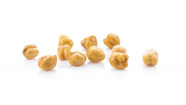 白い壁に保存されたひよこ豆のヒープ