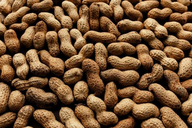 Куча сырого арахиса на столе. фото высокого качества