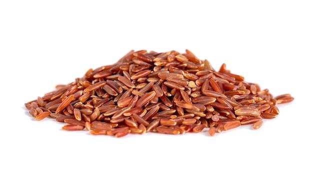 Куча красного риса, изолированные на белом, здоровая пища