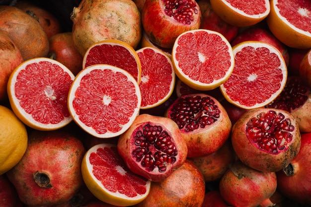 Куча спелых фруктов на рынке