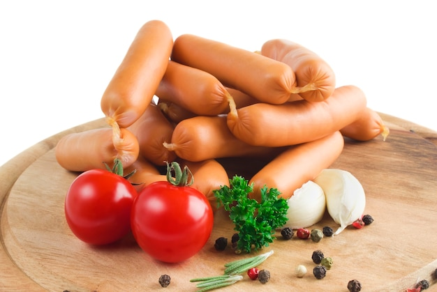 Куча сосисок с помидорами и специями