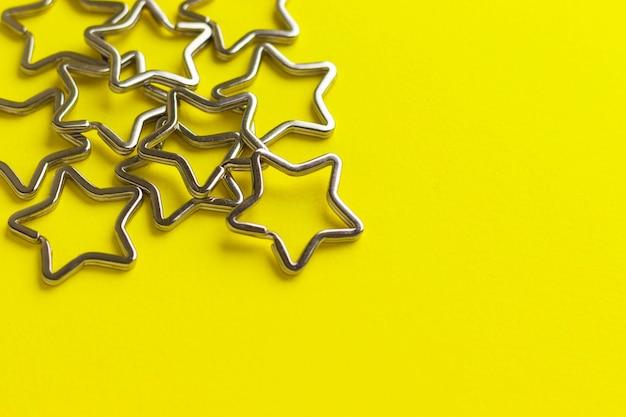 키 체인에 대 한 반짝이 금속 분할 키 링의 힙. 노란색에 크롬 도금 키 체인 걸쇠