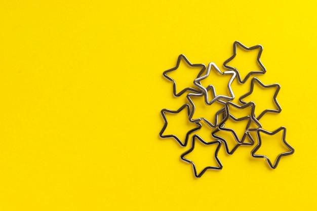 Куча блестящих металлических брелков для ключей. хромированная застежка-брелок на желтом