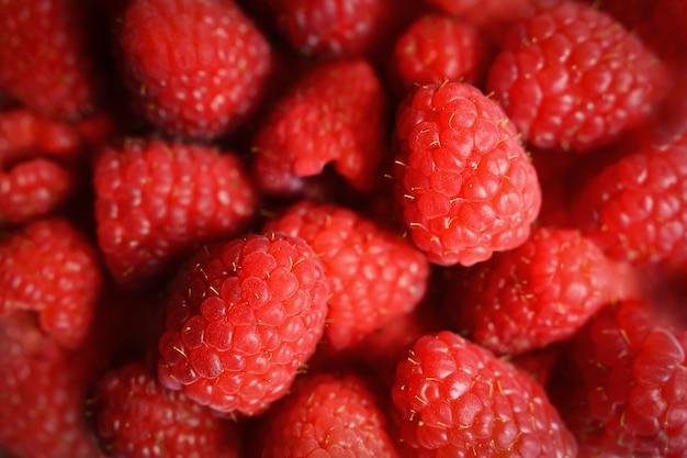 甘い赤いラズベリーの山。ラズベリーの果実のクローズアップ。上面図。マクロでラズベリーのクローズアップ。