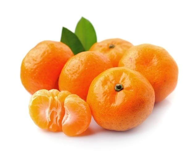 白い背景に分離されたみかんのヒープ。マンダリン、クレメンタイン、オレンジ。
