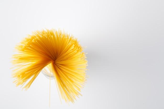 복사 공간 흰색 유리 항아리에 생 쌀된 이탈리아 파스타의 힙
