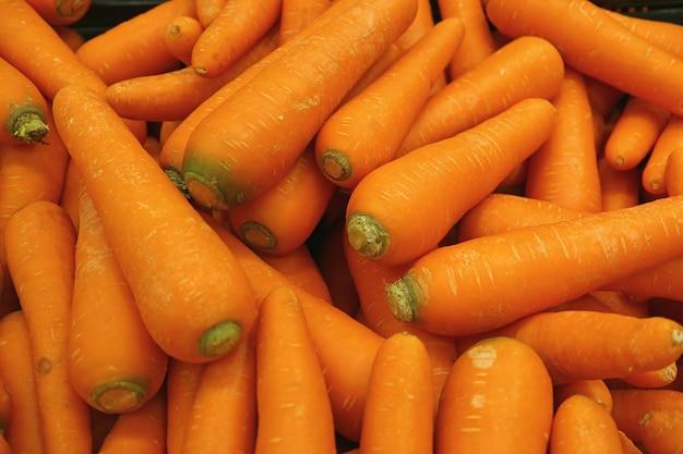 鮮やかなオレンジ色のニンジンのヒープ