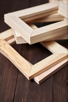 Куча деревянных подрамников, лежащих на коричневом фоне