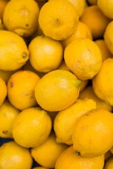 黄色のジューシーなレモンのヒープ