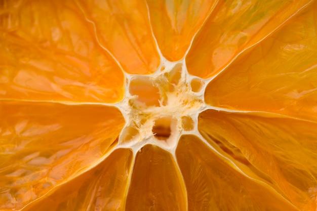 天日干しのカリカリオレンジの山。ドライオレンジスライスのテクスチャー。