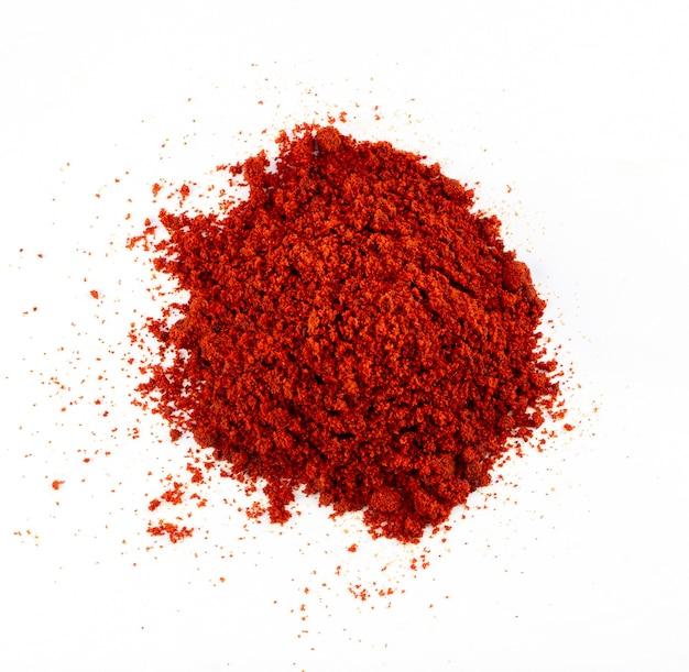 白い背景、上面図にヒープ赤唐辛子粉またはパプリカ。高品質の写真