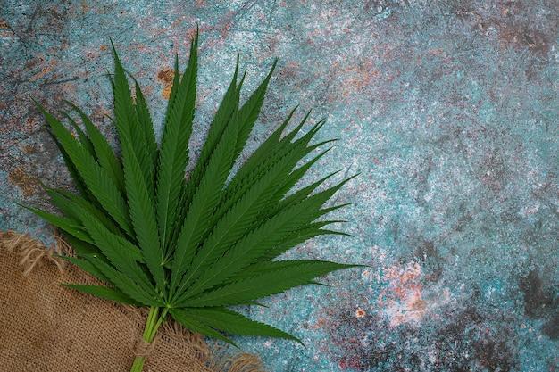 Mucchi di foglie di marijuana.