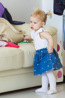 Слуховой аппарат в ухе девочки. ребенок малыша носить дома слуховой аппарат. понятие инвалидности, инвалидности и глухоты.