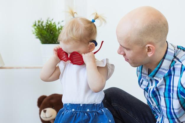 가정에서 보청기를 착용하는 아기 소녀 귀 유아 아동의 보청기 장애 아동 장애