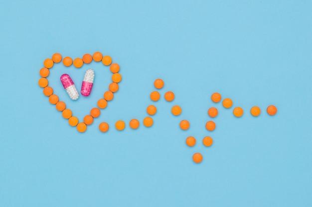 주황색 알약으로 만든 심장과 제품은