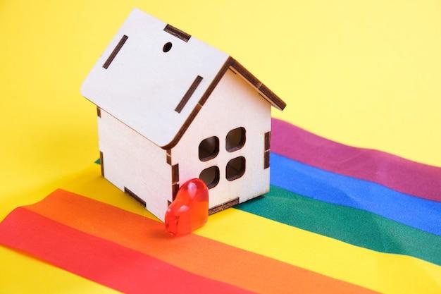 Lgbt 플래그, 노란색 배경, 복사 공간에 마음과 작은 집
