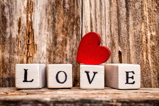 Сердце и деревянные блоки со словом любовь