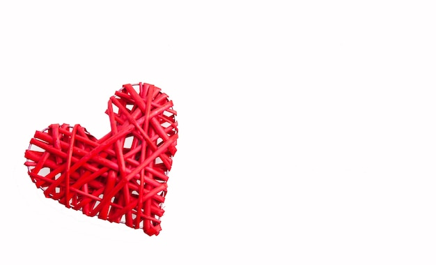ハート編み赤、白い背景で隔離。休日のコンセプト
