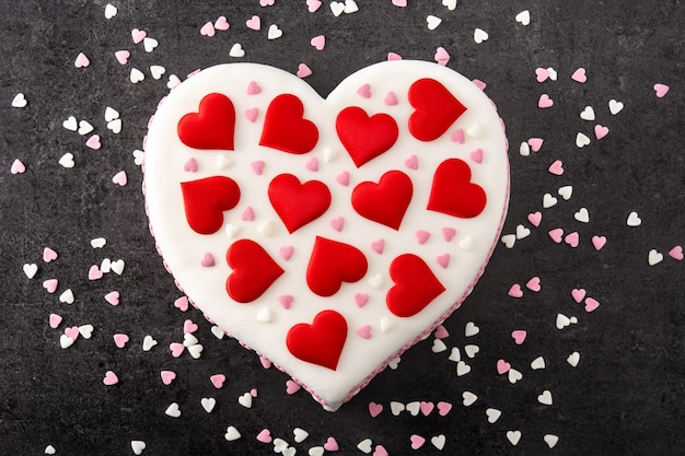 Сердечный торт на день всех влюбленных, украшенный сахарными сердечками