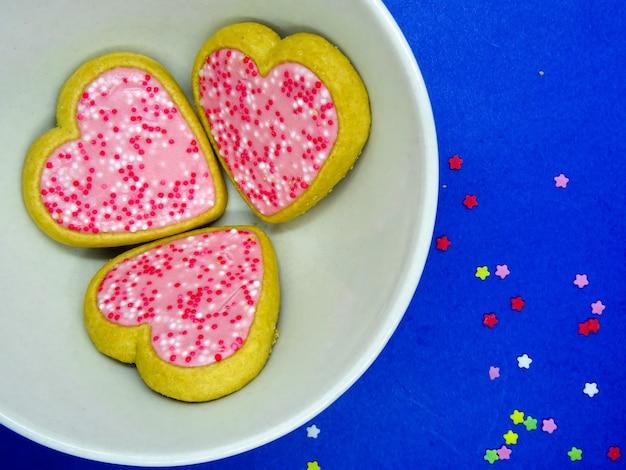 복사 공간 접시, 파란색 배경에 심장 쿠키