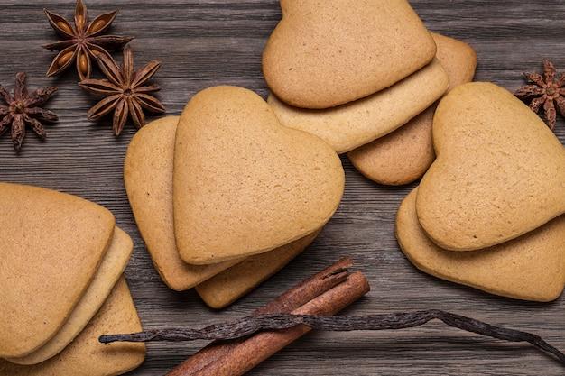 Сердце-печенье с корицей ручной работы.