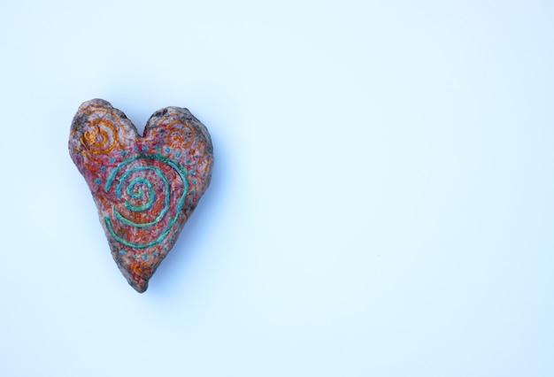 흰 종이 시트 배경에 심장 장식 손수 모양