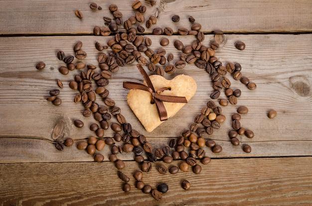 Сердце из кофейных зерен и печенья сердечко