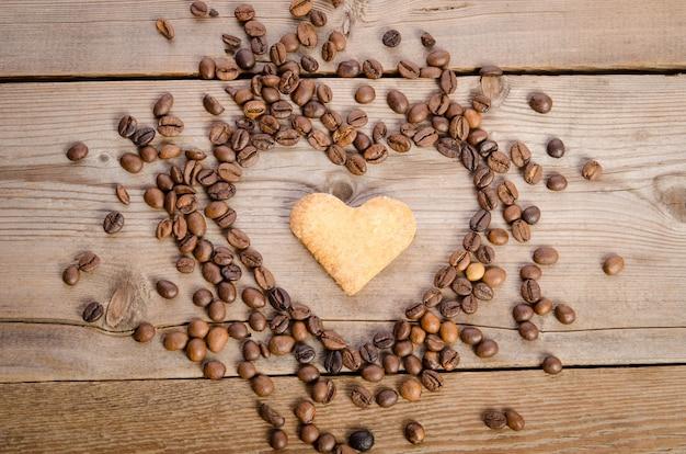 コーヒー豆とクッキーからのハート-ハート