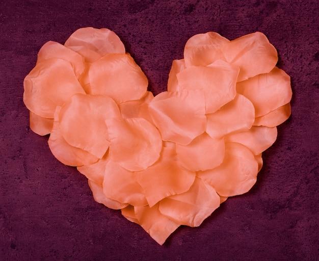 グランジマルサラの背景にバラの花びらのテキスタイルからの心