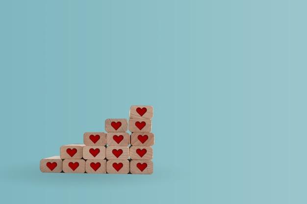 Значок сердца на деревянной доске шага с пустой предпосылкой космоса экземпляра. валентина любовь праздник концепции.