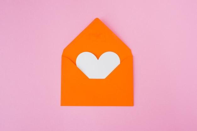 オレンジ色の背景に封筒のハート。