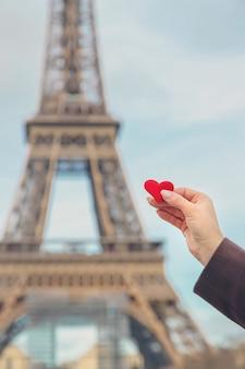 パリのエッフェル塔の近くの手で心。セレクティブフォーカス。