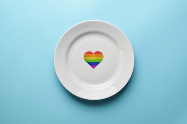 Сердце в цветах флага лгбт в тарелке