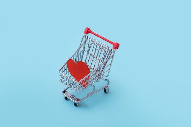 빈티지 밝은 파란색 배경에 장바구니, 로맨스 또는 발렌타인 선물의 심장