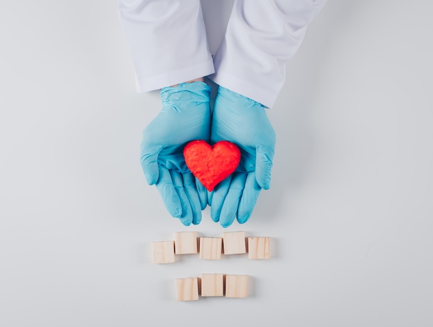 Сердце внутри мужских рук с деревянными элементами