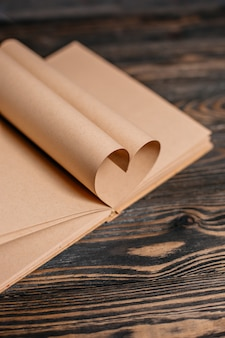 Сердце из книжных листов, концепция на деревянном столе